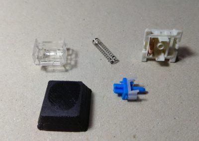 Mecanismo Cherry desmontado y tecla impresa.
