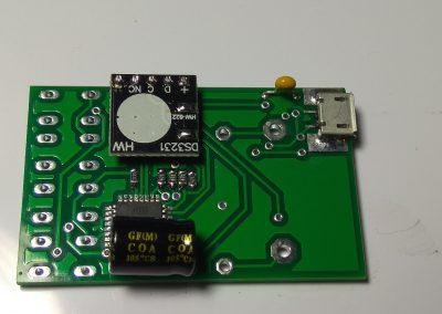Condensadores, módulo DS3231 y conector micro USB soldados.