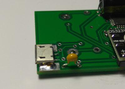 Detalle condensador C1 y conector micro USB..
