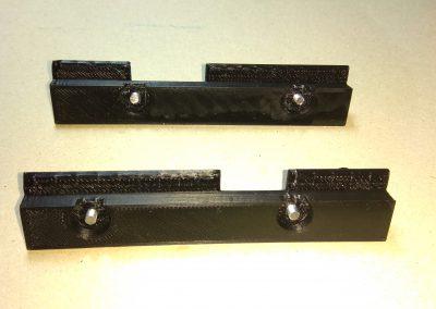 Tornillos insertados en bridas sujección teclado.