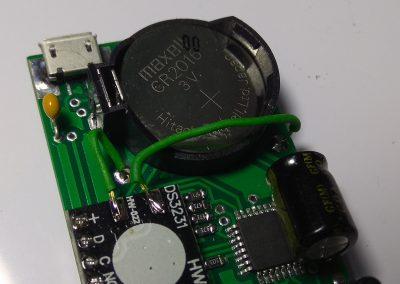 Cableamos la alimentación de la pila botón CR2016 (o CR2032) al módulo RTC DS3231.