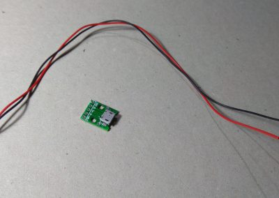 Adaptador micro USB y cables.