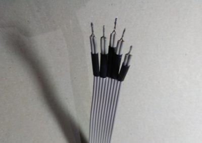 Detalle cable IDE con los hilos agrupados de 2 en 2 con los hilos trenzados cada 2 y con trozos de termoretráctil sueltos. Para conector KB1.