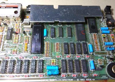Placa con los orificios de los conectores de membrana limpios.