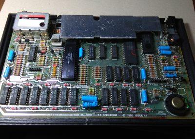 Vista de la placa original de la versión issue 4A del ZX Spectrum. sobre caja original.