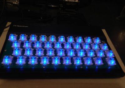 Vista en perspectiva spectrum original con teclado mecánico y LEDs encendidos. En esta ocasión con teclas transparentes y adhesivos transparentes.
