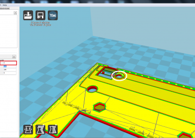Vista de la pìeza 3D a imprimir de la tapa del ZX spectrum parte derecha; hacer pausa en cota z=4 mm para insertar 1 tuerca de M3 para fijar adaptador micro USB .