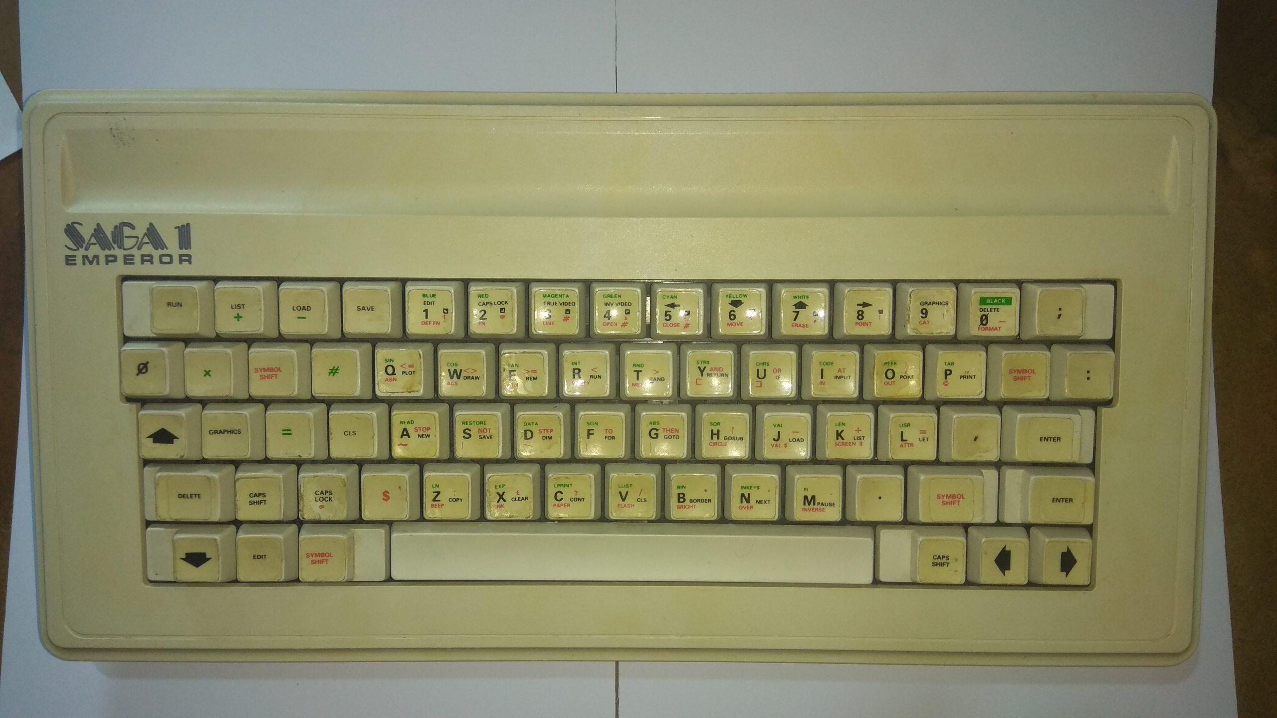 Teclado SAGA q emperor, se puede comprobar que la serigrafía de las teclas se ha hecho con papel adhesivo. El que sea una membrana doble (igual que en el Spectrum +) permite aumentar el número de teclas sin necesidad de electrónica.