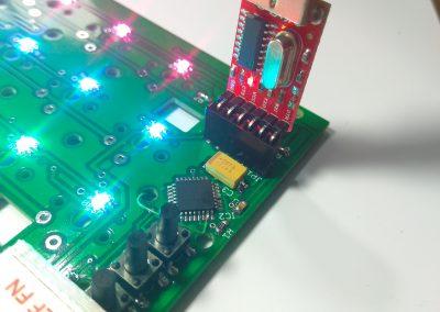 Vista del PCB funcionando y el adaptador USB-TTL para programación. Faltan las teclas.