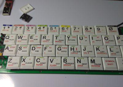 Vista de las teclas ya montadas, excepto una porque estorba con el conector de programación.