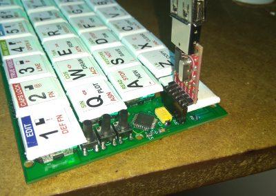 Tecla CAPS SHIFT montada,, se observa que al insertar el adaptador USB la tecla queda pulsada.