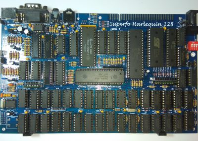 Placa madre Superfo Harlequin 128 ISSUE 4, completamente montada. La adquirí así. Se observa que viene con los conectores de membrana clásicos del Spectrum además con tiras de pines hembra.