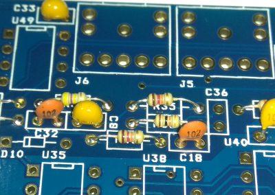 Condensadores de 100nF y 100pF zona EAR y MIC.