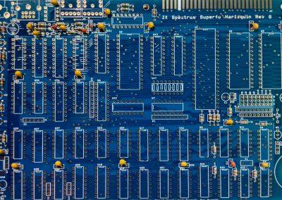 Vista general de pCB Con resistencias y condensadores.