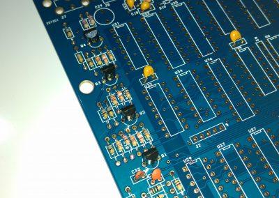 4 transistores BC548 para señales RGB y sincronismo.