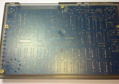 Vista inferior del ordenador, se observa el PCB a través de la caja traslúcida.