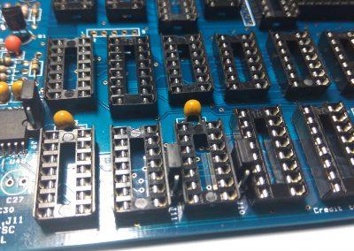 Puentes colocados en J10 y J11 para seleccionar señal tipo PAL. La otra posición es para NTSC. Se podría colocar en la caja un conmutador de 2 circuitos 2 posiciones si se quiere seleccionar de manera externa; pero en nuestro caso fijo a PAL.