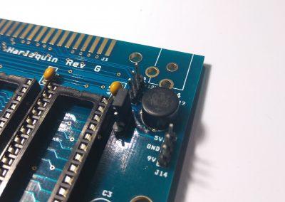Puente sobre J12. En nuestro caso la ROM está grabada sobre un 27C256. Por lo que hay 2 ROMS de 16K grabadas. Este puente nos permite seleccionar un banco o el otro. En nuestro kit hay grabada una ROM de diagnóstico en el segundo banco.