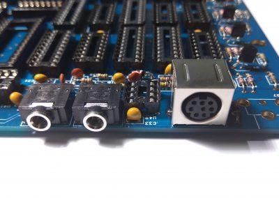 Conector mini Din 8 para salida RGB soldado.