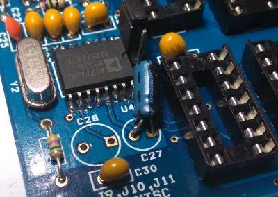 Condensador electrolítico C27 de 10 uF, procurar soldar de modo que quede tumbado.