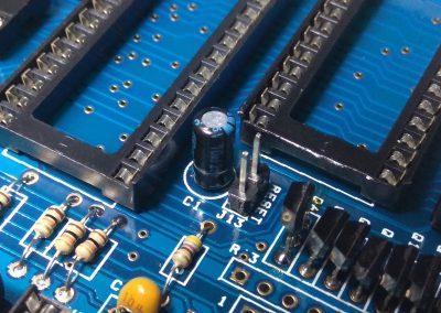 Condensador electrolítico C1 de 10 uF para RESET, soldado.