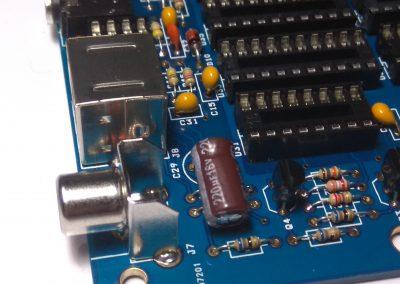 Condensador electrolítico C29 de 220 uF, procurar soldar de modo que quede tumbado.