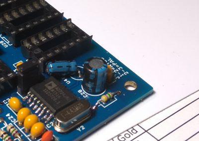 Condensador electrolítico C28 de 22uF soldado .En el esquema vine mal (figura como de 220uF)