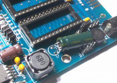 Condensador electrolítico C3 de 680 uF, procurar soldar de modo que quede tumbado.