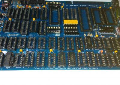 5 74HC32 insertados en zócalos.