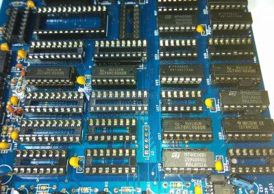 4 74HC4040 insertados en zócalos.