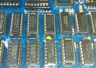 3 74HC161 insertados en zócalos.