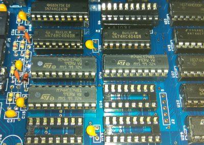 3 74HC574 insertados en zócalos.