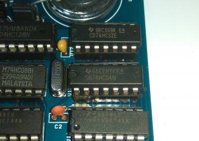 1 74HC04 insertados en zócalos.