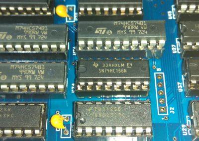 1 74HC166 insertados en zócalos.