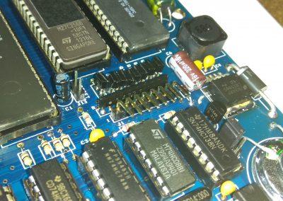 Tiras de pines acodadas para filas del teclado. Si se va ha usar teclado de membrana usar Keyboard RCPT 8 poles que trae el kit.