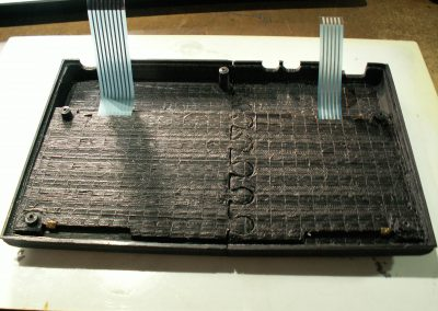 Vista inferior de la tapa. Se observan las cintas de las membranas y las pletinas de la chapa.